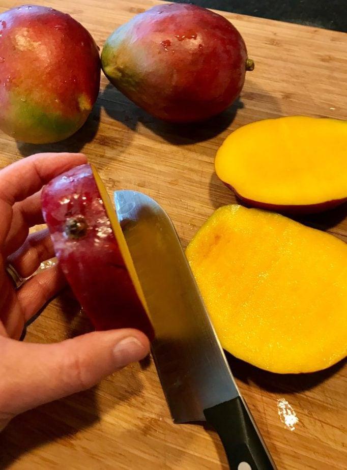 Slicing a mango | www.thefreshcooky.com