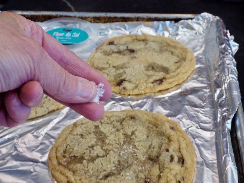 Giant Chewy Chocolate Chip Cookies #thefreshcooky #panbanging #hostessgift #holidaybaking #teachergift #dessertrecipes #chocolatechipcookies