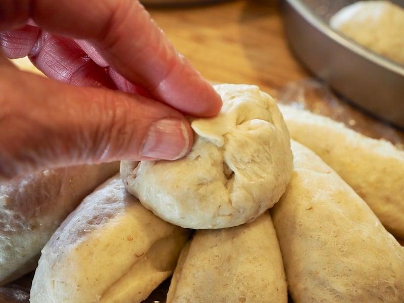 Delicious multi-grain, chewy and soft Oatmeal Dinner Rolls #thefreshcooky #oatmealrolls #oats #dinnerrolls #rolls #holidaybaking #bestrolls