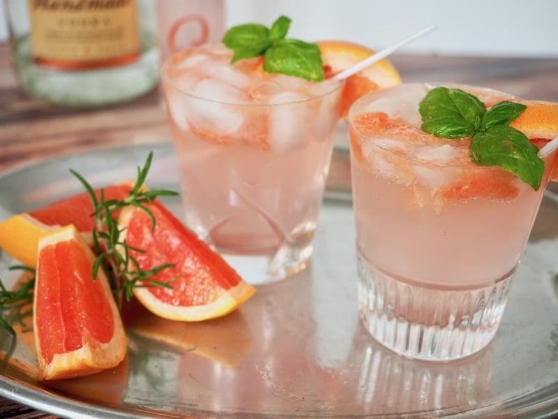 Grapefruit Basil Vodka Smash | #cocktail #mocktail #grapefruit #vodka #basil #thefreshcooky