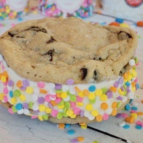Chocolate Chip Cookie Ice Cream Sandwiches | #chocolatechipcookie #icecream #thefreshcooky #icecreamsandwich #dessert #summertreats #sprinkles