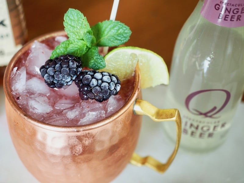 How to make a fresh, Blackberry Bourbon Moscow Mule #thefreshcooky #moscowmule #bourbon #cocktail #mocktail #blackberry #gingerbeer #qdrinks