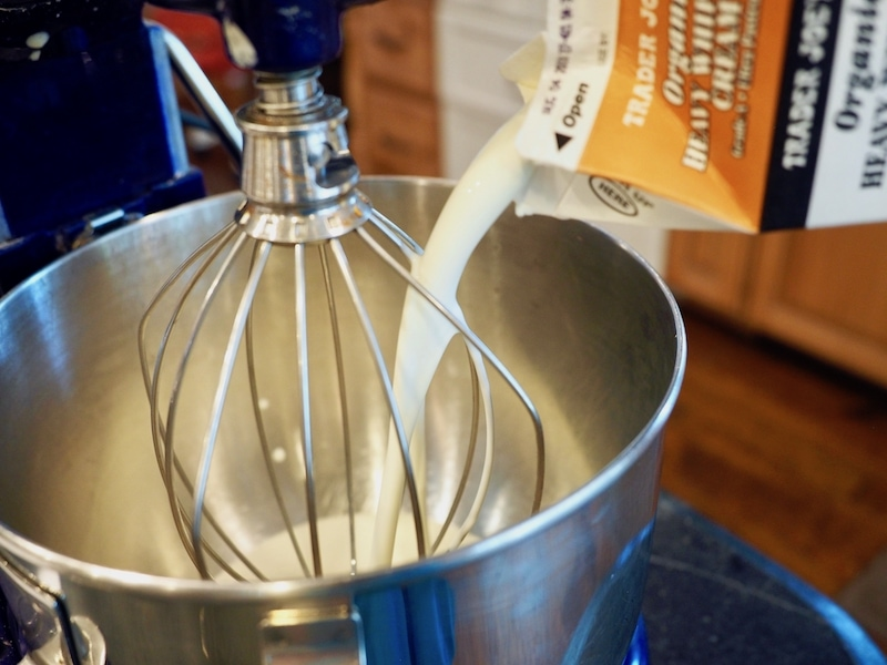 Pouring whipping cream for ice cream | www.thefreshcooky.com